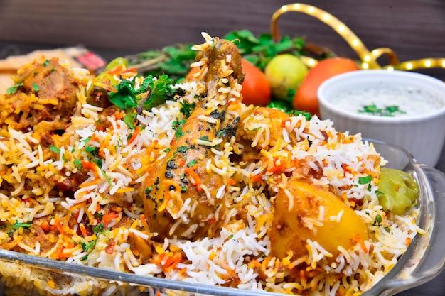 Острая курица по-пакистански бирьяни с раитой Premium Фотографии