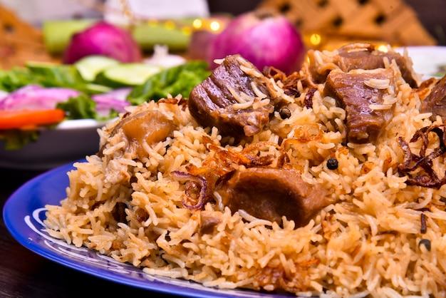 米と肉の異なるスパイスフード写真 Premium写真