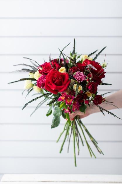 Красивый букет красивых цветов. работа флориста. доставка цветов Premium Фотографии