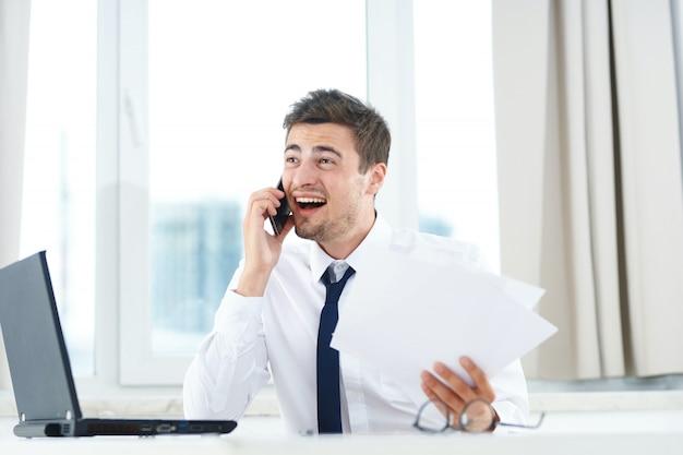 ラップトップで働く男性、オフィスで働く男性 Premium写真