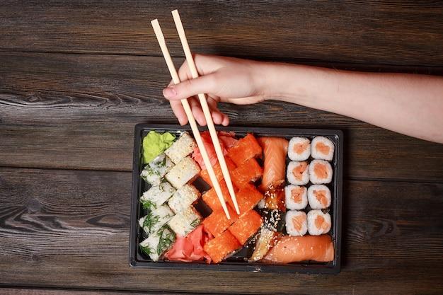 自家分離でアジア料理の寿司と検疫ロール、食品宅配 Premium写真
