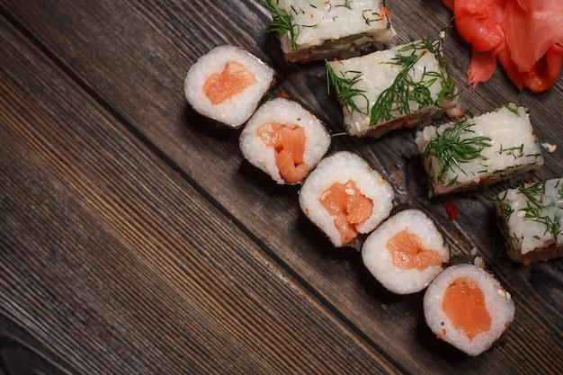 Азиатская еда суши и роллы в карантине в самоизоляции, доставка еды на дом Premium Фотографии