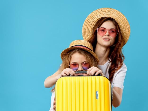Красивые молодые люди модели позируют, концепция красоты, портрет моды Premium Фотографии