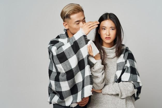 アジアの女性と男が一緒にポーズ Premium写真
