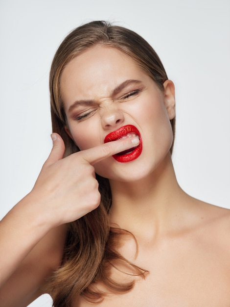 Портрет молодой женщины с красивым лицом и красной помадой Premium Фотографии