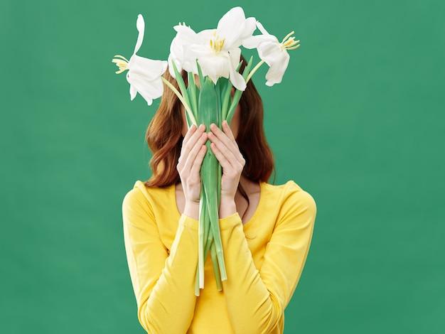 Весна молодая красивая девушка с цветами, женщина позирует с букетом цветов, женский день Premium Фотографии