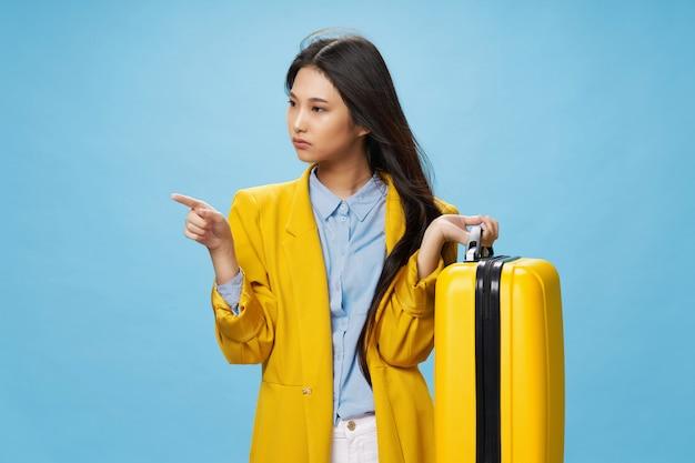Азиатская женщина путешествует с чемоданом в руках, отпуск, Premium Фотографии