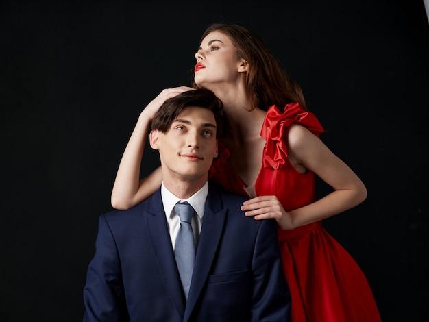 Женщина в красивом платье с мужчиной обнимает праздничную пару, красивый портрет сексуальной пары Premium Фотографии