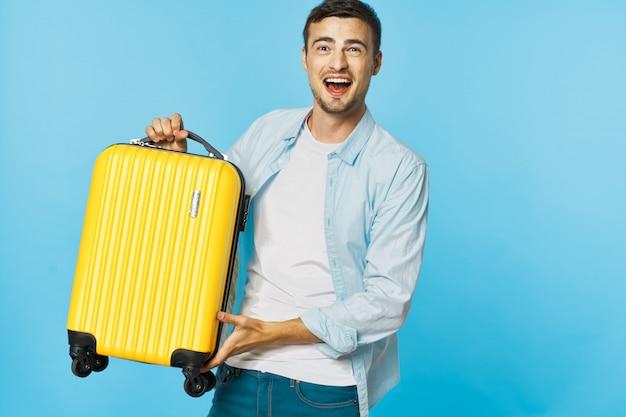 Мужчина и женщина путешественник с чемоданом, цветной фон, радость, паспорт Premium Фотографии