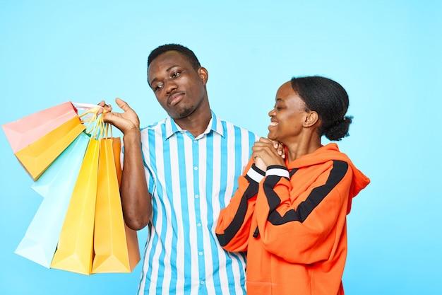 バッグと幸せなカップル Premium写真