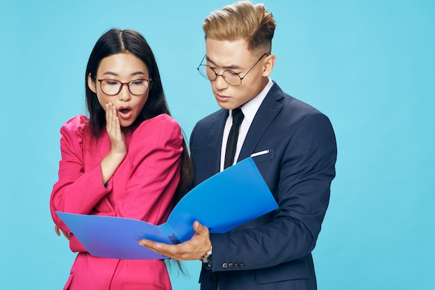 ビジネスアジアの女性と企業文書を探している男性 Premium写真