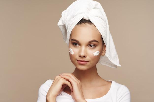Девушка портрет студия по уходу за кожей Premium Фотографии