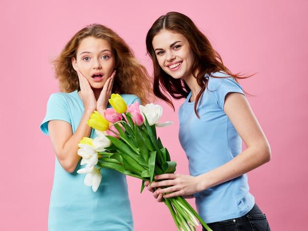 母と娘、チューリップの花束、母の日コンセプト Premium写真