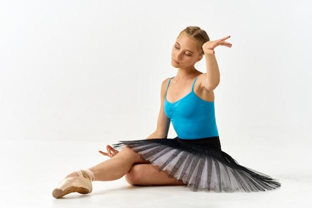 バレエトレーニングのための美しいスーツのバレリーナの女の子。 Premium写真