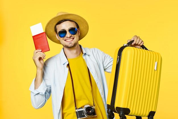 スーツケースを持つ男性旅行者 Premium写真