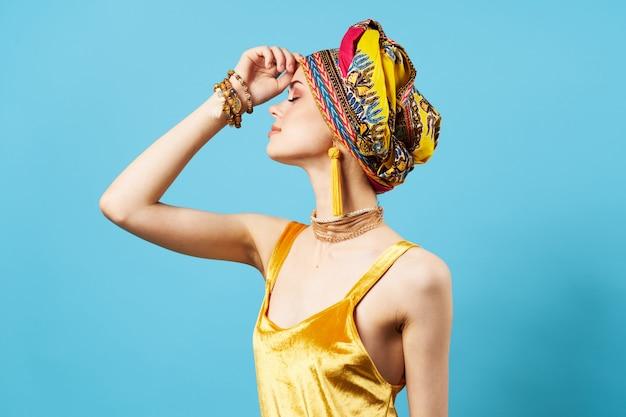 Женщина в африканской одежде на синем фоне Premium Фотографии