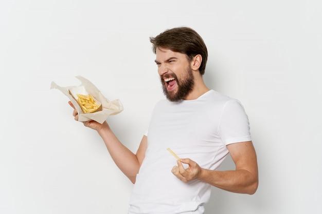 彼の手でジューシーなハンバーガー、ハンバーガーを食べる男と若い男 Premium写真