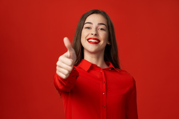 美しい笑顔で赤の女性 Premium写真