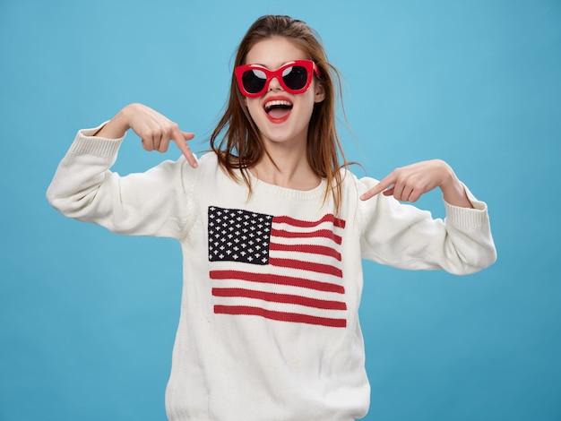 Женщина в свитере с изображением флага америки. день американского флага и независимая страна Premium Фотографии