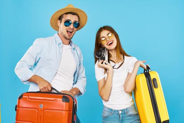 スーツケース、喜び、パスポートを持つ男と女の旅行者 Premium写真