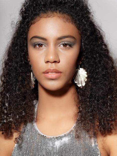 光沢のあるお祭りファッションの服の女性アフリカ系アメリカ人 Premium写真