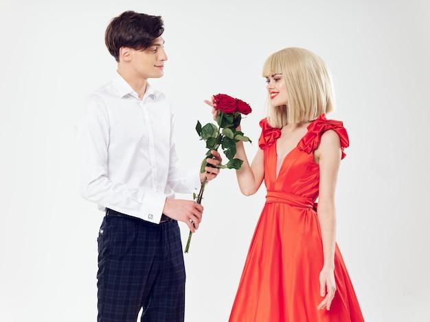 美しい人、男と美しいドレスを着た女性 Premium写真