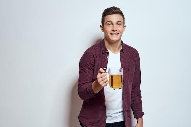 彼の手でビールを持って幸せな男 Premium写真