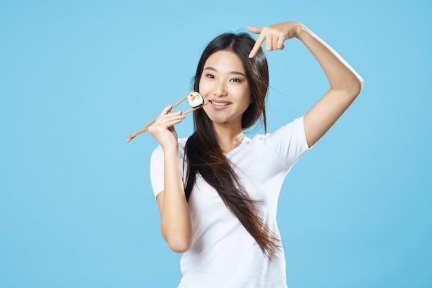 アジアの女性が食べ物の肖像画、寿司でポーズ Premium写真