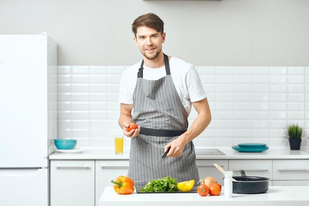 Мужской повар готовит на кухне здоровую домашнюю еду Premium Фотографии