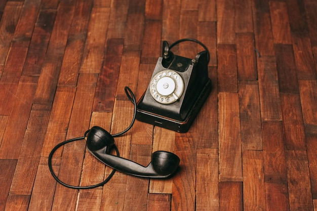 Старый черный телефон на полу, винтаж Premium Фотографии