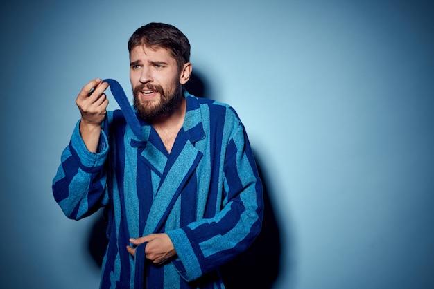 Мужчина в домашнем халате, самоизоляции и карантине, вечерняя скука Premium Фотографии