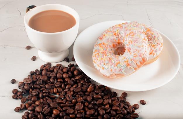 軽い表面に天然牛乳を入れたドーナツとコーヒー。ジャンク Premium写真