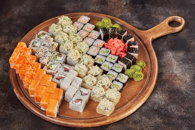 Большой набор японских блюд суши маки роллы Premium Фотографии