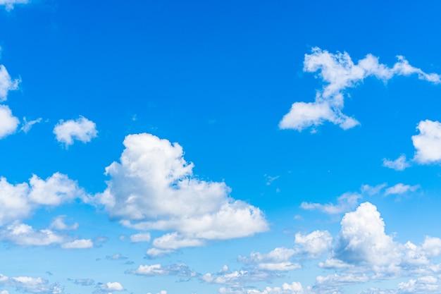 Предпосылка голубого неба с облаками, космос экземпляра для текста. Premium Фотографии