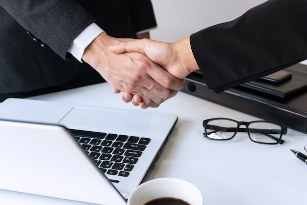 ビジネスの人々が握手、会議、ビジネス、オフィスのコンセプトを仕上げ Premium写真