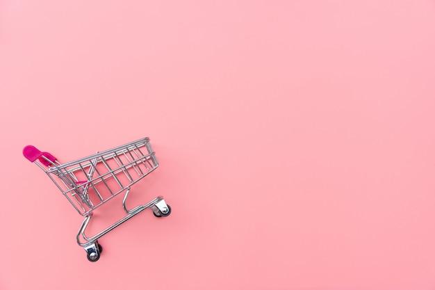 Пустая корзина на розовом фоне. покупки, покупки онлайн концепции., копия пространства, вид сверху Premium Фотографии