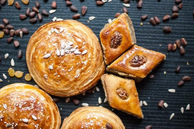 Восточные сладости. кондитерские изделия и разные орехи Premium Фотографии