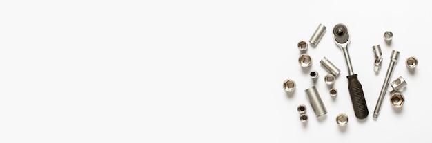 Инструменты на белом баннере. концептуальный ремонт, ремонт автомобилей Premium Фотографии
