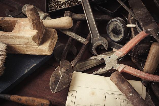 古い木製のテーブルにヴィンテージの古いツール。コンセプトワークショップ。父の日 Premium写真