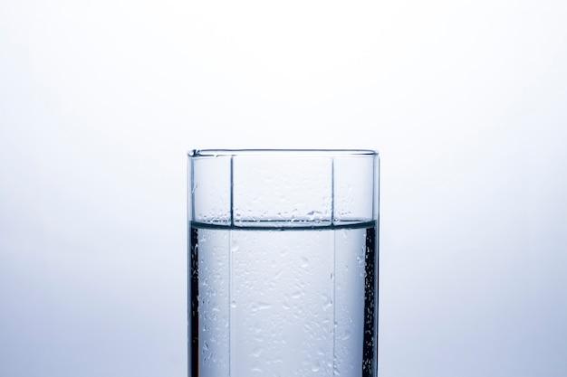 きれいなさわやかな水のコップ。の Premium写真