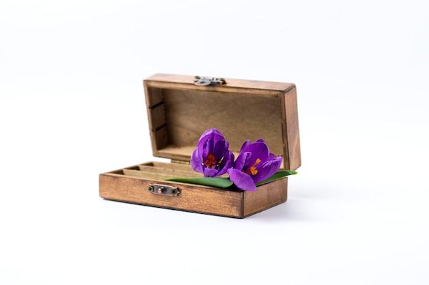 木製ヴィンテージ、白地にライラックの春の花 Premium写真
