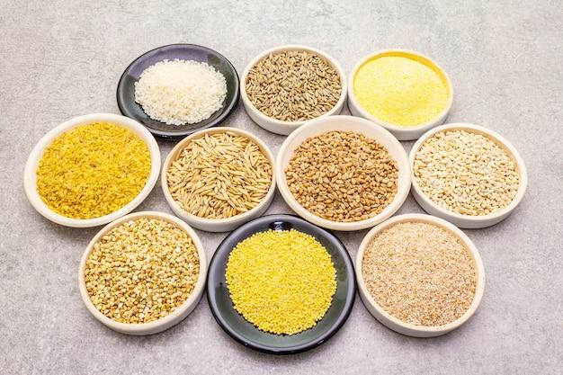 Ассортимент органических зерновых, бобовых и цельного зерна в мисках Premium Фотографии