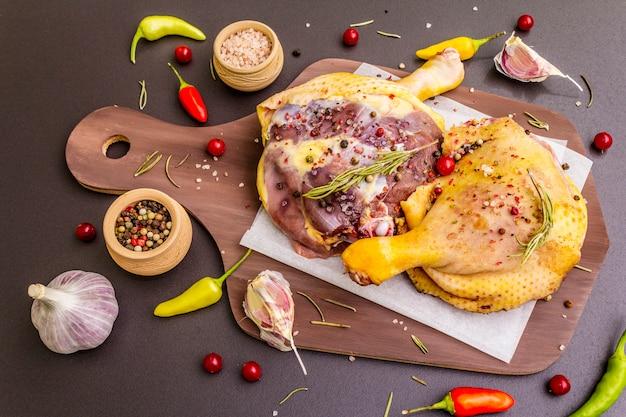 生鴨の脚。伝統的なフランスのコンフィを準備するための新鮮なバイオ成分 Premium写真