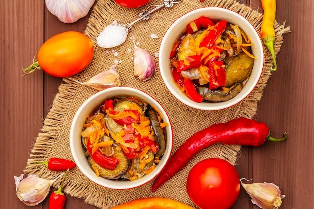 Салат маринованный с маринованными овощами: баклажан, морковь, перец, помидор, чеснок Premium Фотографии