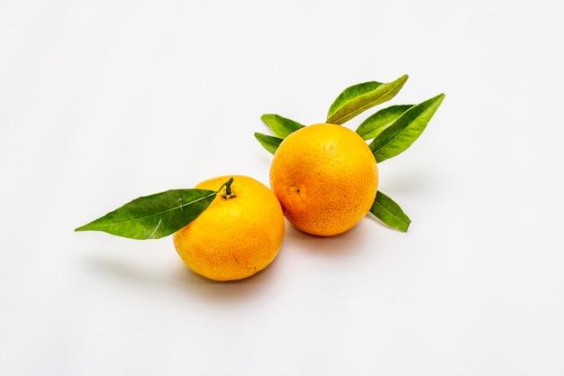 Спелый мандарин с листьями. изолированные свежие фрукты Premium Фотографии