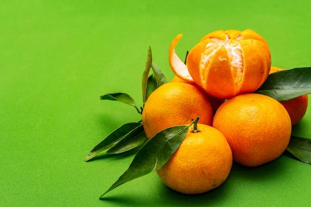 Спелый мандарин с листьями. Premium Фотографии