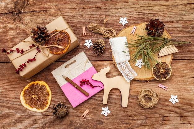 クリスマスゼロ廃棄物の概念。新年の環境に優しい包装。クラフト紙とさまざまな有機装飾の袋のお祝いボックス Premium写真