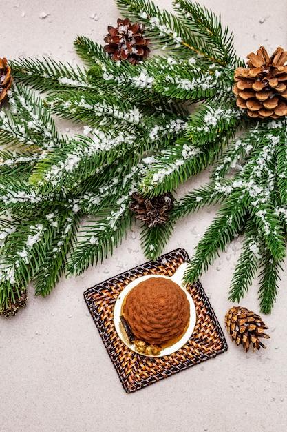 Праздничный десерт в форме рождественской еловой шишки. новый год сладкое удовольствие концепции. Premium Фотографии