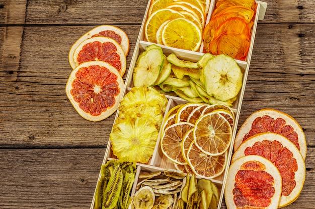 Ассорти сухофруктов. концепция здорового питания. деревянная коробка Premium Фотографии