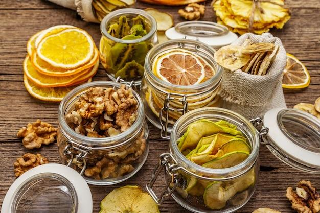 Ноль отходов покупок концепция. ассортимент сухофруктов, грецких орехов. устойчивый образ жизни Premium Фотографии